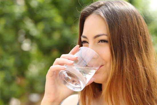Junge-Frau-mit-Trinkwasser